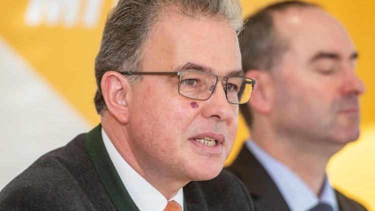Florian Streibl (Freie Wähler, l) spricht während einer Pressekonferenz. Foto: Armin Weigel/dpa/Archivbild