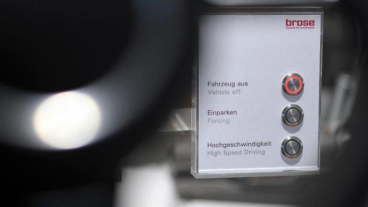 Hinter einem Lenkrad im Showroom des Autozulieferers Brose ist eine Schalttafel aufgestellt. Foto: David-Wolfgang Ebener/dpa/Symbolbild
