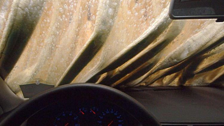 Ein Auto wird in einer Waschstraße gereinigt. Foto: Oliver Berg/dpa/Symbolbild
