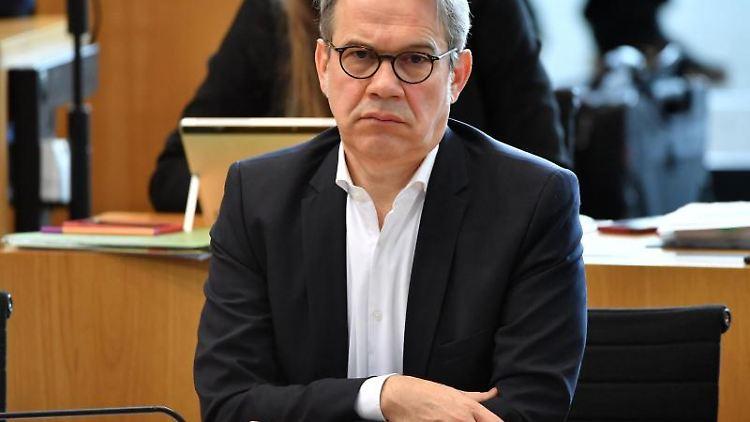 Georg Maier (SPD) verfolgt eine Debatte im Thüringer Landtag. Foto: Martin Schutt/dpa-Zentralbild/dpa/Archivbild