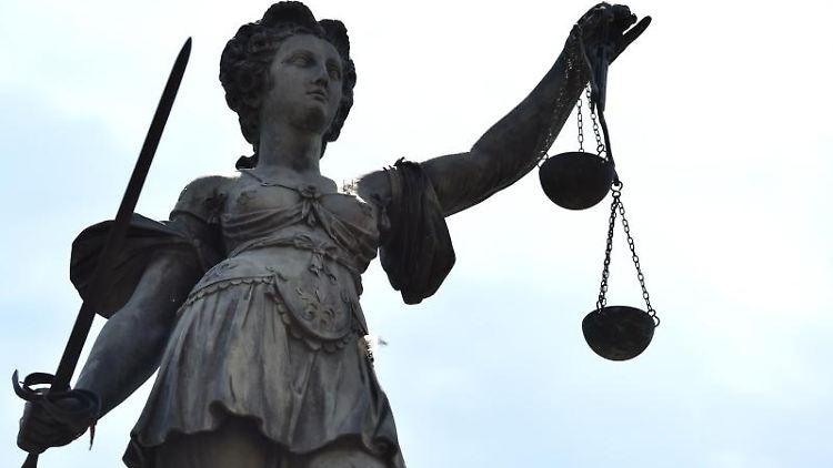 Eine Statue der Justitia steht unter freiem Himmel. Foto: picture alliance / dpa / Archivbild / Symbolbild