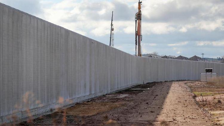Eine sechs Meter hohe Betonmauer umschließt das Gelände für das künftige Zwei-Länder-Gefängnis in Zwickau-Marienthal. Foto: Jan Woitas/dpa-Zentralbild/dpa/Archivbild