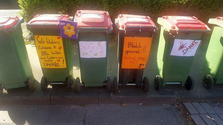 Selbstgemalte Plakate und Danksagung kleben an Mülltonnen. Foto: Martin Vollmer/Stadtreinigung Hamburg/dpa