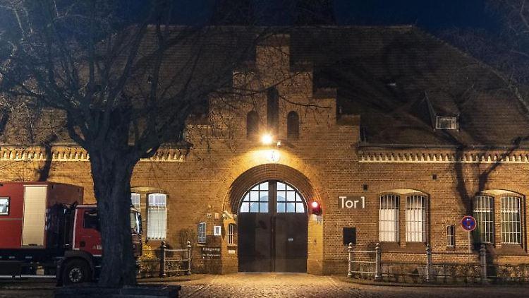 Der Haupteingang der Justiz-Vollzugsanstalt Tegel. Foto: Paul Zinken/dpa-zb-Zentralbild/dpa