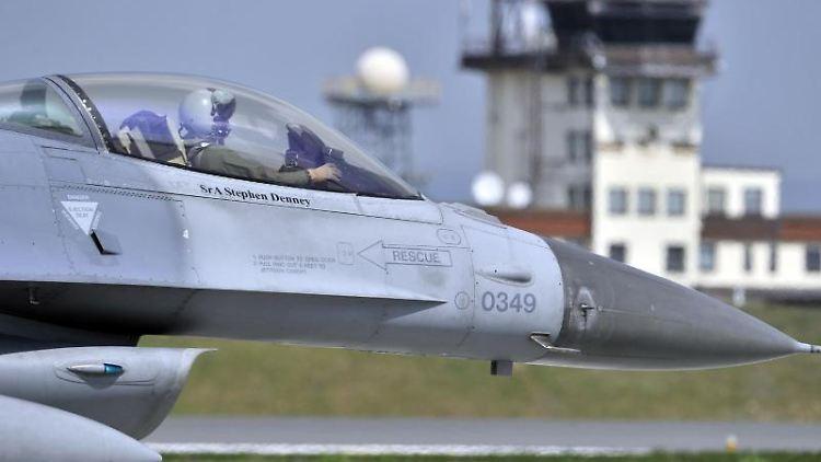 Ein Kampfflugzeug vom Typ F-16 Falcon auf der US-Airbase in Spangdahlem bei Trier. Foto: picture alliance / dpa / Archivbild