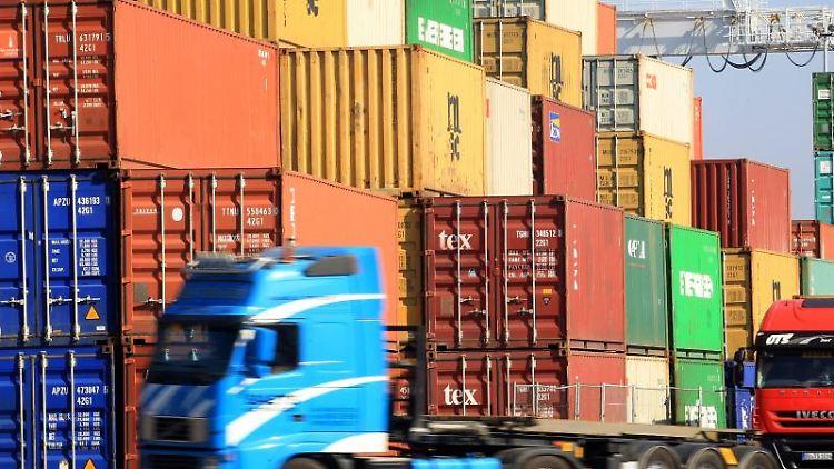 Am Containerhafen in Duisburg Ruhrort werden Container verladen. Foto: Roland Weihrauch/dpa/Archivbild