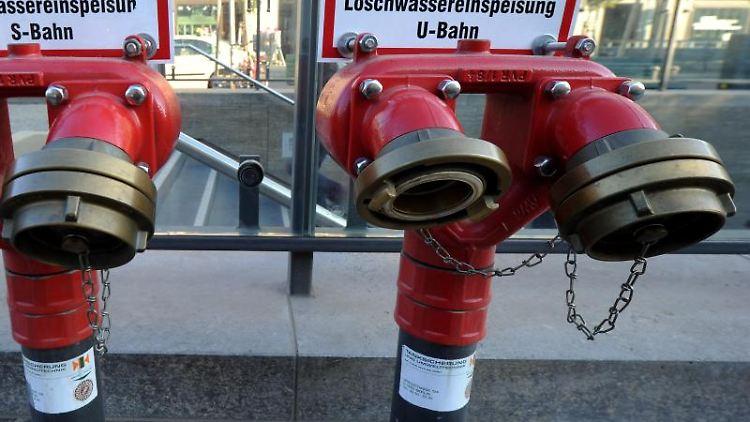 Hydranten stehen am Eingangsbereich eines U-Bahnhofes. Foto: picture alliance / dpa / Archivbild / Symbolbild
