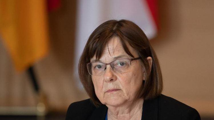 Ursula Nonnemacher (Bündnis 90/Die Grünen), Brandenburger Gesundheitsministerin, schaut in die Runde. Foto: Soeren Stache/dpa-Zentralbild/dpa