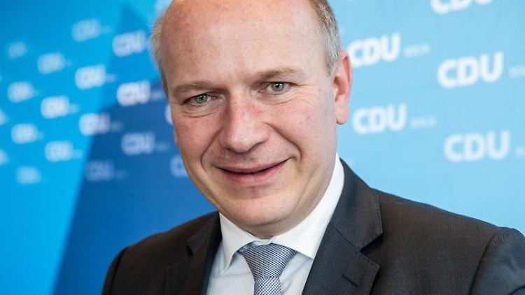 CDU-Landeschef Kai Wegner schaut in die Kamera. Foto: Michael Kappeler/dpa