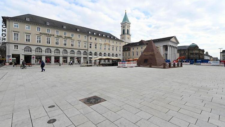 Der Karlsruher Marktplatz ist fast menschenleer. Foto: Uli Deck/dpa/Archivbild