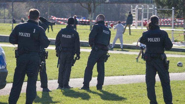 Polizisten stehen im Hafenpark. Foto: Frank Rumpenhorst/dpa/Archivbild