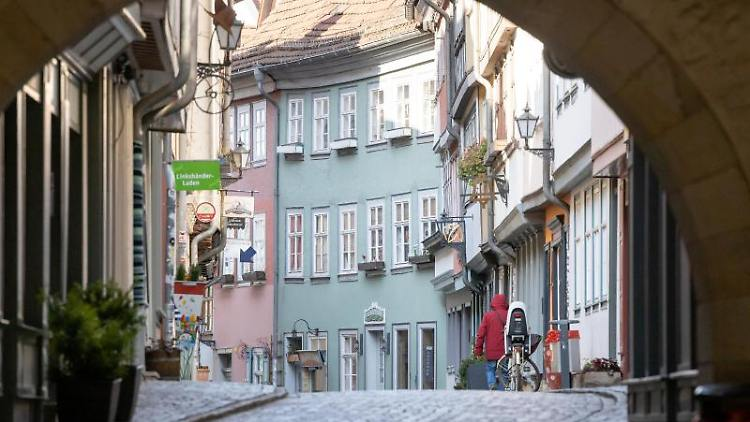 Die fast menschenleere Krämerbrücke in Erfurt. Foto: Michael Reichel/dpa-Zentralbild/dpa