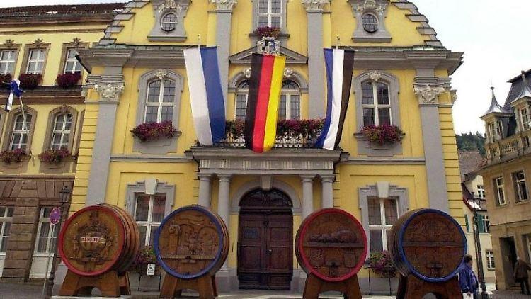 Das fahnengeschmückte Rathaus in Kulmbach. Foto: picture alliance/Marcus Führer/dpa/Archivbild