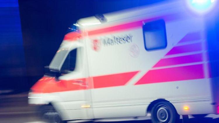 Ein Rettungswagen fährt mit Blaulicht. Foto: picture alliance / Patrick Seeger/dpa/Symbolbild