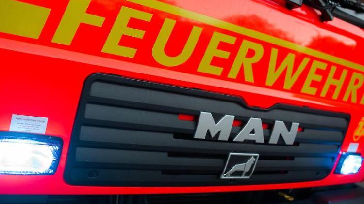 Ein Löschfahrzeug der Feuerwehr mit eingeschaltetem Blaulicht ist zu sehen. Foto: Daniel Bockwoldt/dpa/Symbolbild
