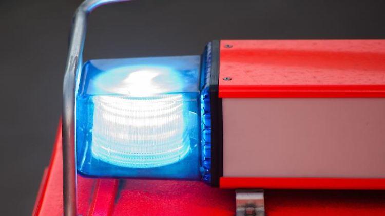 Ein Löschfahrzeug steht mit eingeschaltetem Blaulicht an der Feuerwache. Foto: Daniel Bockwoldt/dpa/Archivbild