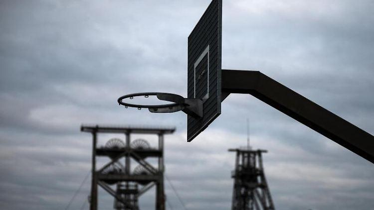 Ein Spiel- und Sportplatz vor einen bewölkten Himmel. Foto: Bernd Thissen/dpa