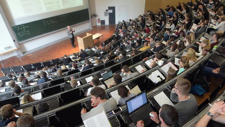Studierende sitzen in einem Hörsaal. Foto: Stefan Puchner/dpa/Symbolbild