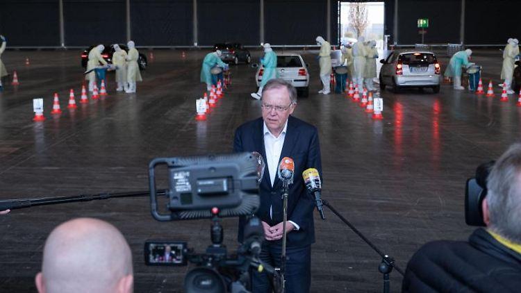 Niedersachsens Ministerpräsident Stephan Weil im neuen Corona-Drive-In-Testzentrum. Foto: Peter Steffen/Pool/dpa