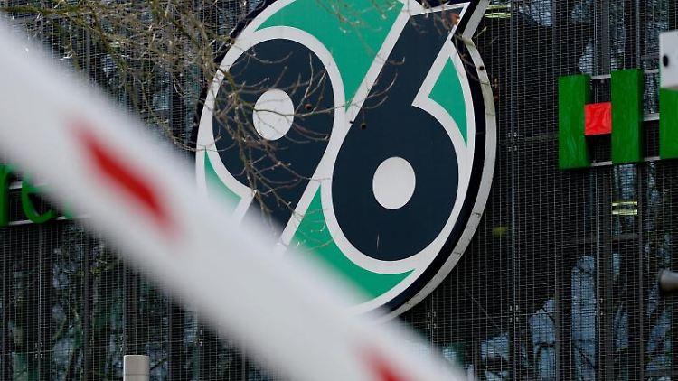 Das Logo des Vereins Hannover 96. Foto: Peter Steffen/dpa/Archivbild