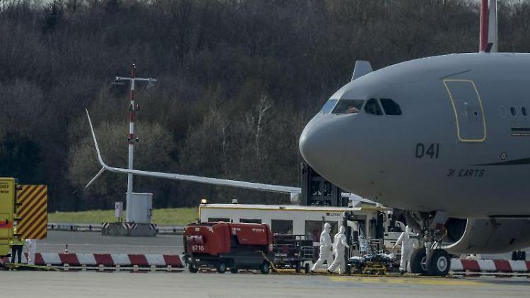 Ein Airbus A330 der französischen Luftwaffe auf dem Hamburger Helmut-Schmidt-Flughafen. Foto: Axel Heimken/dpa