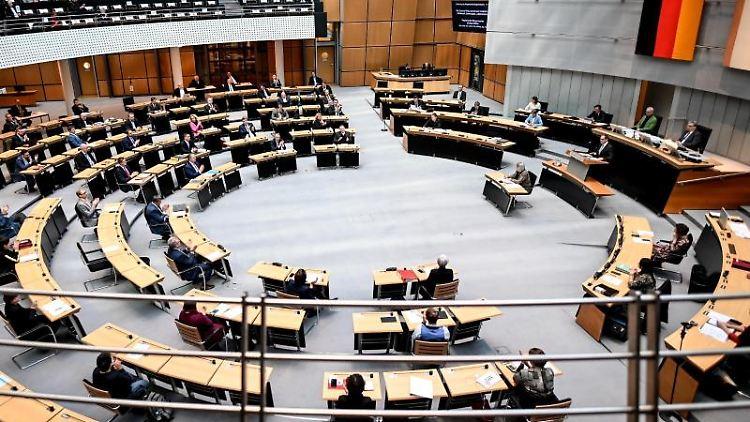 Abgeordnete sitzen im Plenarsaal des Berliner Abgeordnetenhaus. Foto: Britta Pedersen/dpa-Zentralbild/dpa