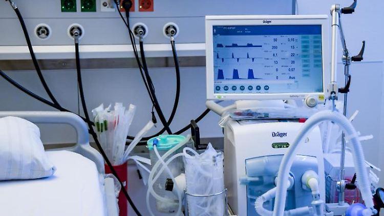 Ein Beatmungsgerät steht in einem Behandlungszimmer. Foto: Axel Heimken/dpa/Pool/dpa/Archivbild