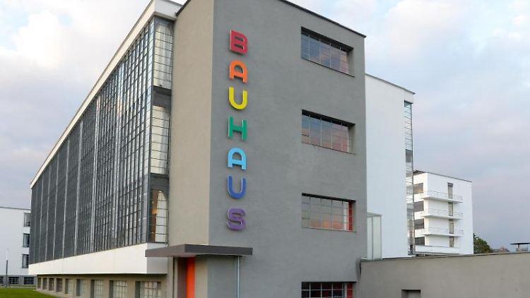Die Buchstaben des Schriftzugs an der Fassade des Dessauer Bauhausgebäudes leuchten in bunten Regenbogenfarben. Foto: Heiko Rebsch/dpa-Zentralbild/ZB/Archivbild