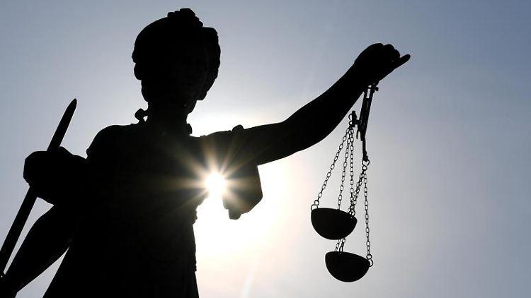 Eine Statue der Justitia hält eine Waage in ihrer Hand. Foto: Arne Dedert/dpa/Symbolbild