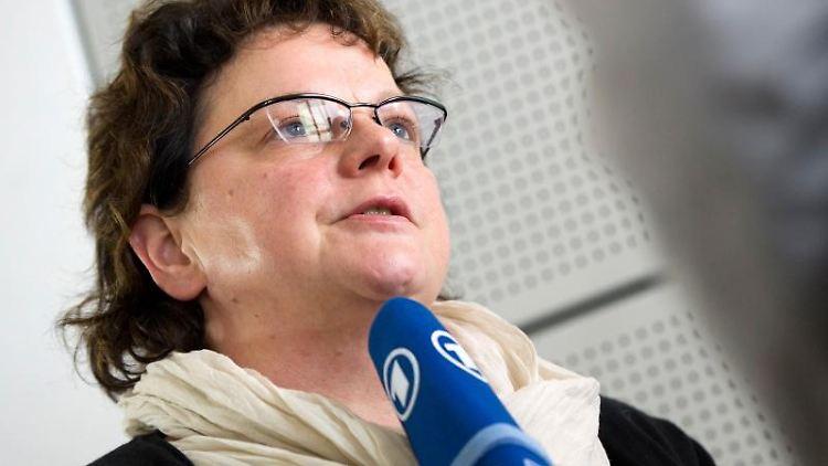 Kerstin Köditz gibt ein Pressestatement. Foto: Arno Burgi/dpa-Zentralbild/dpa/Archivbild