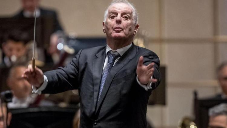Daniel Barenboim dirigiert die Staatskapelle Berlin in der Staatsoper. Foto: Michael Kappeler/dpa/Archivbild