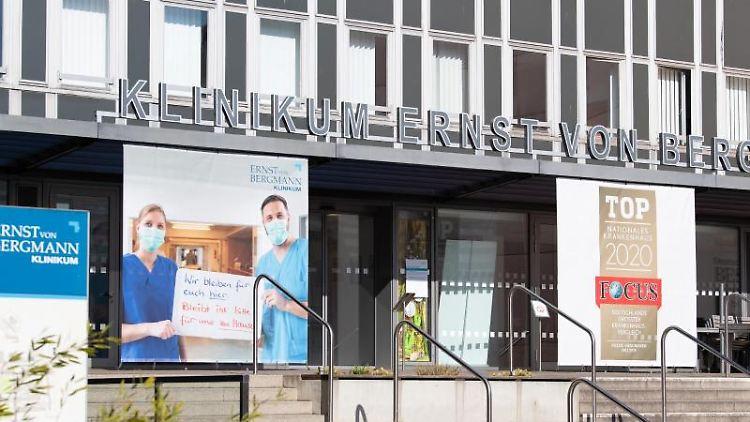Der Haupteingang des Potsdamer Klinikums Ernst von Bergmann. Foto: Soeren Stache/dpa-Zentralbild/dpa