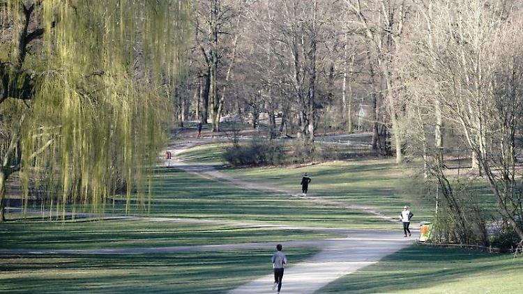 Jogger laufen am Morgen durch den Volkspark Schöneberg. Foto: Kay Nietfeld/dpa/Archivbild