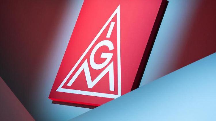 Das Logo der IG Metall hängt über einer Bühne . Foto: Daniel Karmann/dpa/Symbolbild