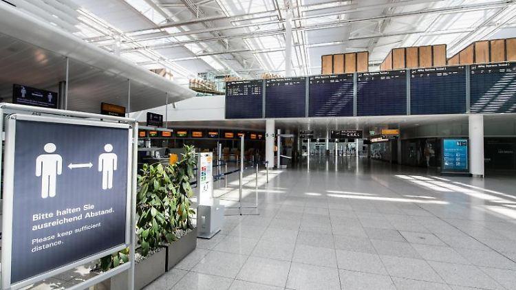 Ein Schild im fast menschenleeren Terminal vom Flughafen München. Foto: Matthias Balk/dpa