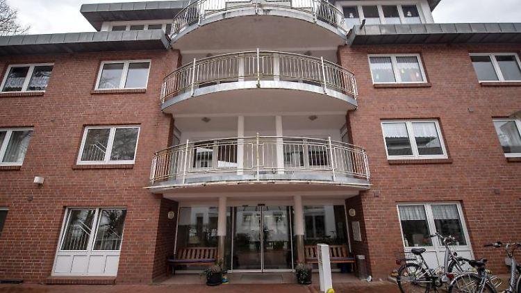 Die Balkone der Seniorenresidenz in Wildeshausen sind verlassen. Foto: Sina Schuldt/dpa/Archivbild