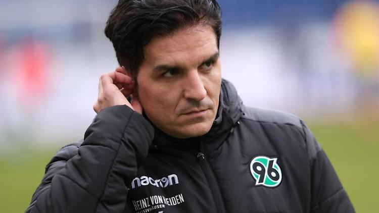 Hannovers Trainer Kenan Kocak. Foto: Peter Steffen/dpa/Archivbild