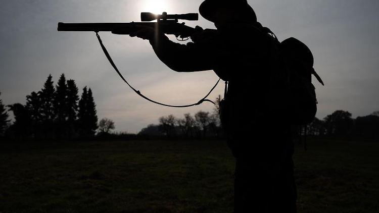 Eine Jägerin mit ihrer Bockbüchsflinte. Foto: Philipp Schulze/dpa/Symbolbild