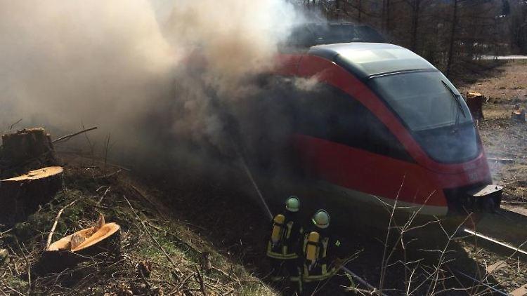 Der Triebwagen der Regionalbahn steht in Flammen. Foto: -/Feuerwehr Brilon/dpa