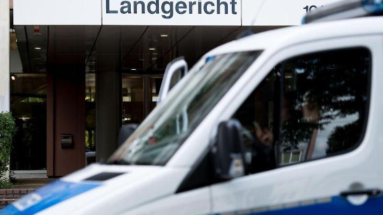 Ein Polizeiwagen steht vor dem Landgericht in Köln. Foto: picture alliance / Marius Becker/dpa/Archivbild