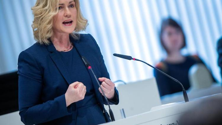 Manuela Schwesig (SPD), Ministerpräsidentin von Mecklenburg-Vorpommern, spricht bei der Landtagssitzung. Foto: Jens Büttner/dpa-Zentralbild/dpa/Archivbild