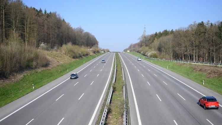 Autos fahren am ersten Samstag der Osterferien auf der Autobahn A8. Foto: Sebastian Gollnow/dpa/Archivbild
