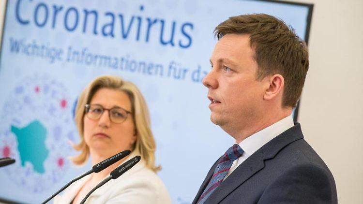Tobias Hans (CDU), Ministerpräsident des Saarlandes, mit Wirtschaftsministerin Anke Rehlinger (SPD). Foto: Oliver Dietze/dpa/Archivbild