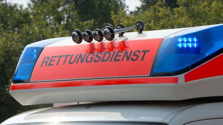 Blaulicht leuchtet an einem Krankenwagen. Foto: picture alliance/dpa/Symbolbild