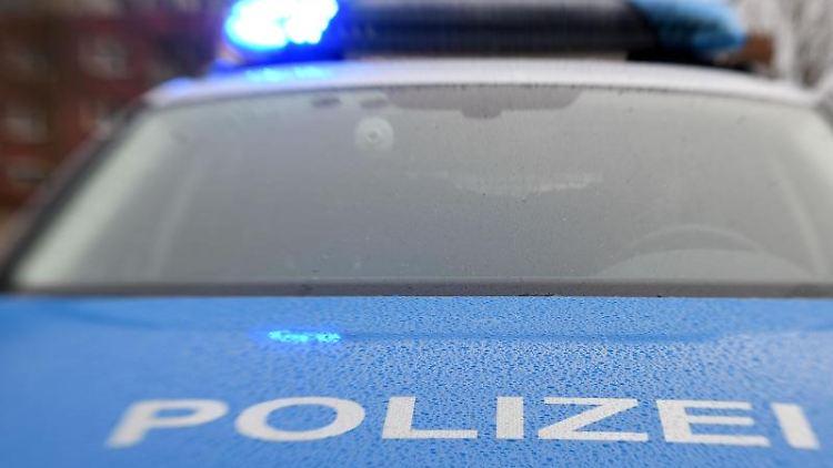 Ein Streifenwagen der Polizei hat das Blaulicht eingeschaltet. Foto: Carsten Rehder/dpa/Symbolbild