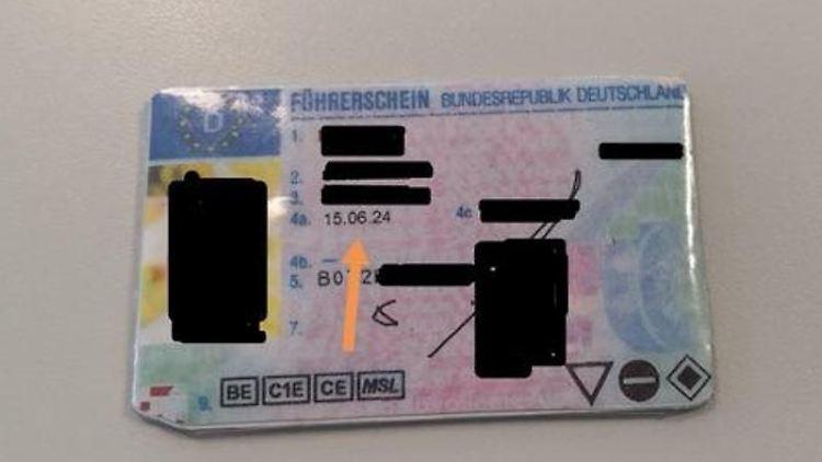 Ein gefälschter Führerschein, ausgestellt angeblich im Jahr 2024, liegt auf einem Tisch. Foto: Polizei Wesel/dpa