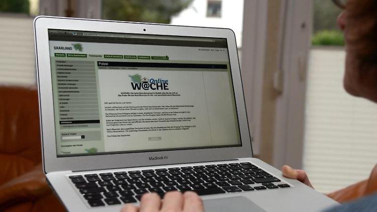 Eine Frau hat in ihrer Wohnung die Internetseite