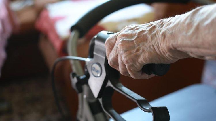 Eine Seniorin bewegt sich mit einem Rollator durch ihr Zimmer. Foto: Jens Kalaene/dpa-Zentralbild/dpa/Symbolbild