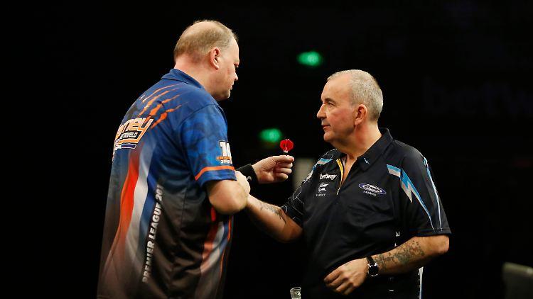 Raymond van Barneveld und Phil Taylor sind die erfolgreichsten Dartspieler aller Zeiten. Auf den obligatorischen Handshake müssen Sie im Online-Duell verzichten.