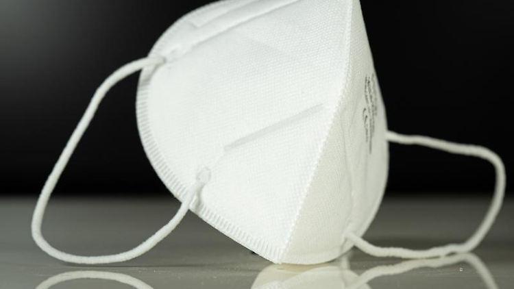 Eine Atemschutzmaske liegt auf einem Tisch. Foto: Friso Gentsch/dpa/Symbolbild